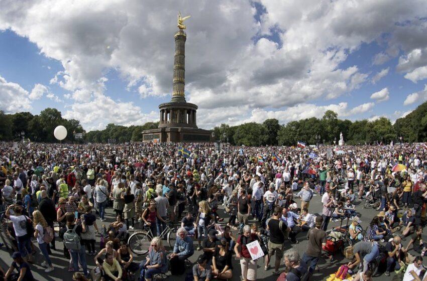 Protestos opõem-se a medidas contra coronavírus em Paris, Londres e Berlim com forte influência negacionista