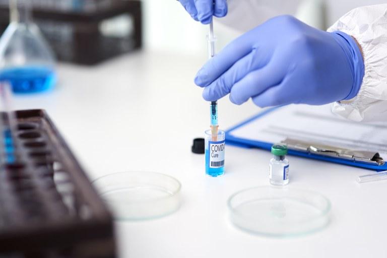 Pesquisa enfoca narrativas em torno das vacinas no verão europeu de 2020