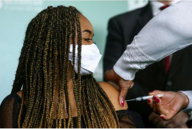 Brasil ultrapassa EUA em número de pessoas vacinadas? Entenda